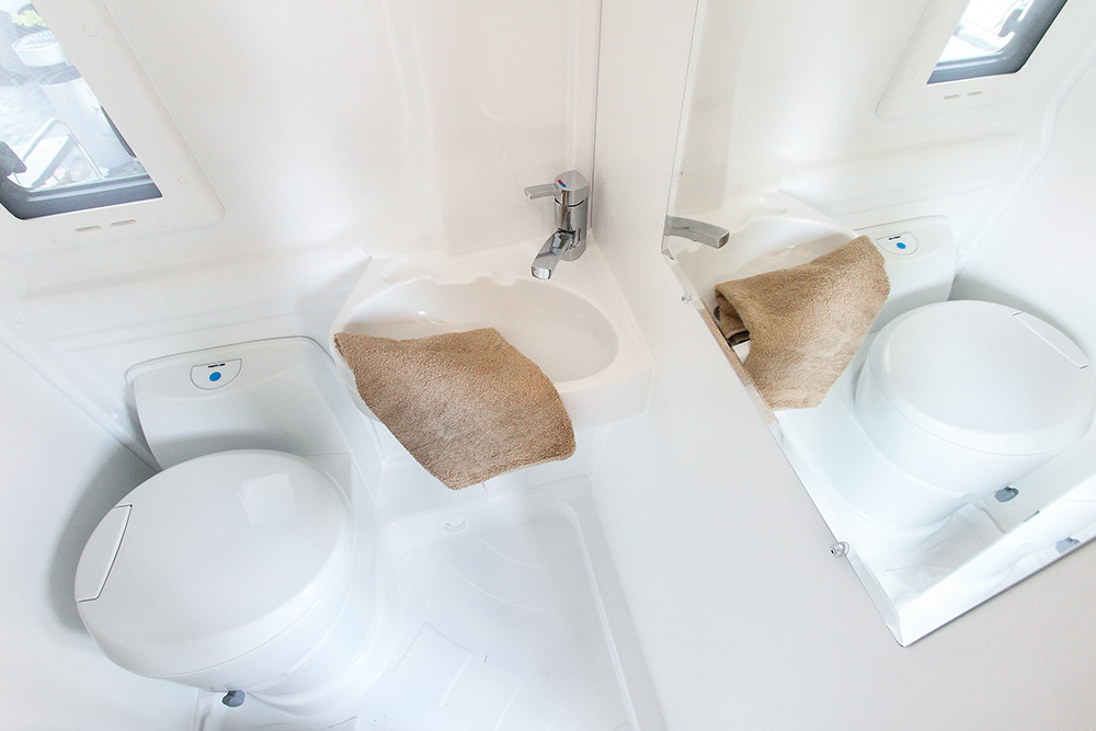 CLEVER Vario Kids - kompakt, komfortables Wohnmobil für 2 bis 4 Personen in Güster