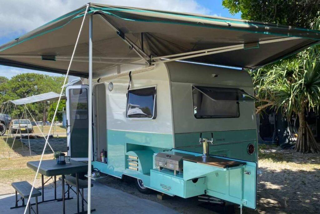 Umgebautes Wohnmobil mit Außenküche